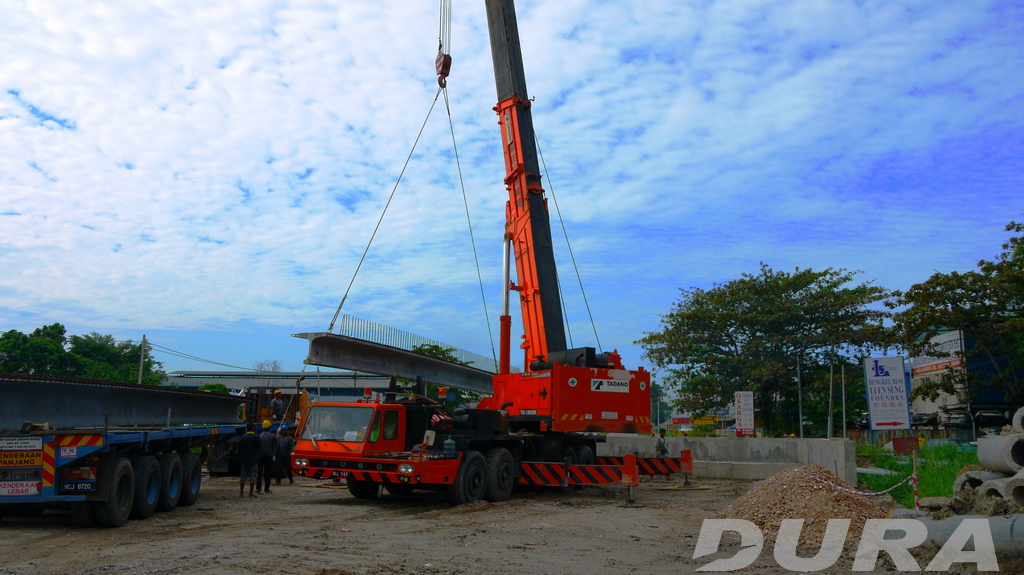 A fine day for beam launching at Jalan Lahat crossing Sg. Guntung (19/01/2013).