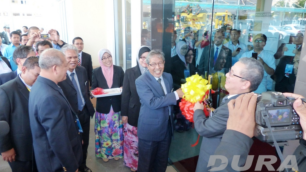 The Minister of Work YAB Datuk Fadillah Yusof (right) and new JKR General Director Datuk Ir. Annies Md Ariff (left) official opening for the exhibition during the SOC (11/06/2014).